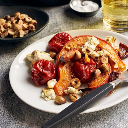 Ofenkürbis mit Kirschtomaten, Schafskäse und Haselnüssen