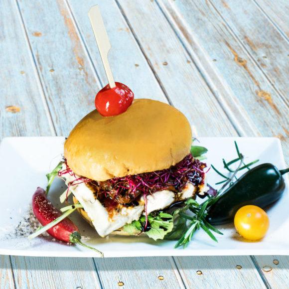 Vegetarischer Burger mit Salakis