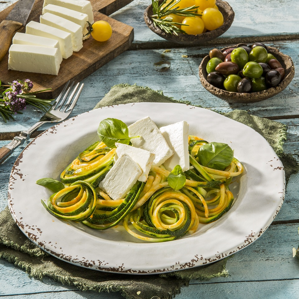 Zoodle Salat mit Pesto Rosso Dressing und Oliven