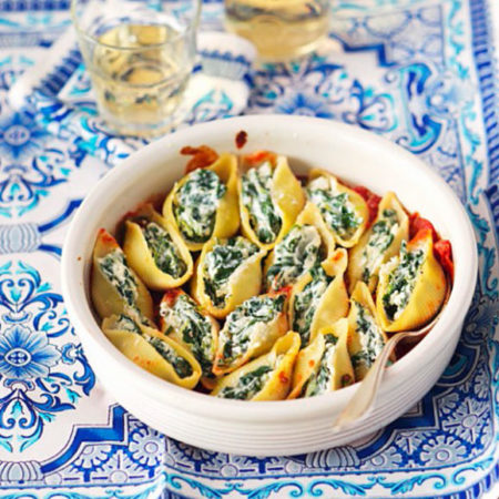 Überbackene Conchiglie mit Spinat und Salakis