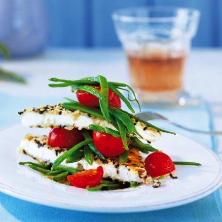 Salakis Schafkäse Piccata in Sesam mit Zuckerschoten und Tomaten