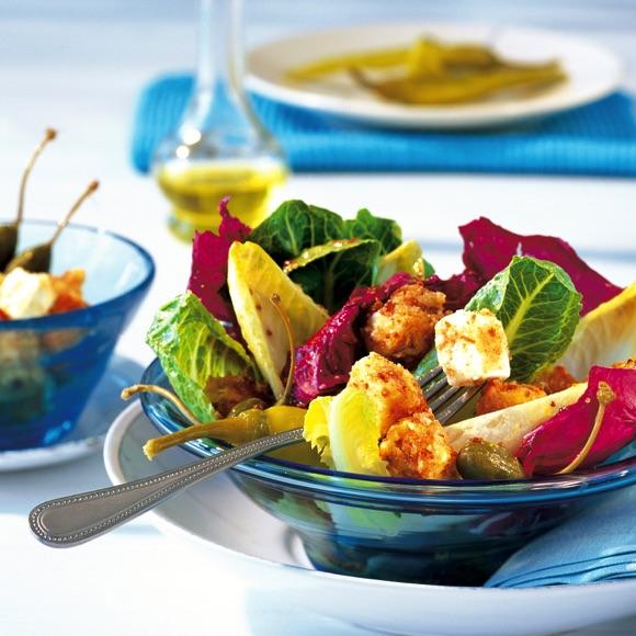 Bunter Salat mit Salakis Schafkäsecroutons