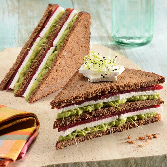 Club Sandwich mit Avocado, Rote Bete und Salakis der Cremige