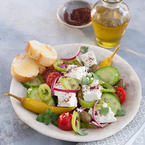 Mediterraner Salat mit Knoblauchbaguette und Salakis Schafkäse