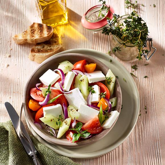 Bunt mediterraner Salat mit Salakis Der Cremige
