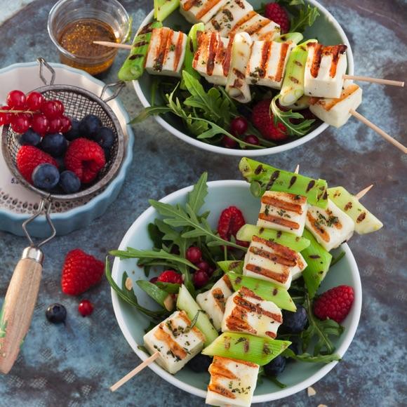 Grillspießchen auf Rucola-Beeren-Salat
